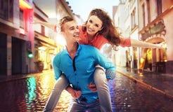 Schöne Paare, die Spaß an einem regnerischen Tag haben lizenzfreie stockbilder