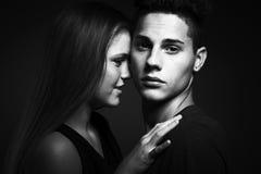 Schöne Paare, die zarte Momente teilen Stockfotografie