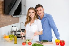 Schöne Paare, die zusammen stehen und kochen Lizenzfreies Stockfoto
