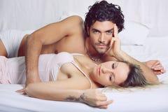 Schöne Paare im Bett lizenzfreies stockfoto