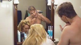 Schöne Paare, Mann und Frau, waschen sich zusammen im Badezimmer vor dem Spiegel 4k, Zeitlupe, a-Frau ist stock video