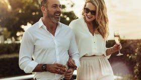 Schöne Paare mit einem Glas Wein draußen stockfotografie