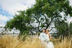 Schöne Paare nahe dem Baum Lizenzfreie Stockfotos