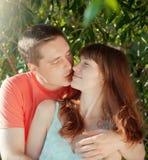 Schöne Paare von den Liebhabern, die in der Park Sommerzeit sich entspannen stockfotografie
