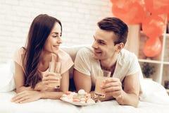 Schöne Paare zusammen an Valentinsgruß ` s Tag lizenzfreie stockfotos