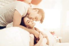 Schöne Paare zusammen an Valentinsgruß ` s Tag lizenzfreies stockbild