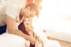 Schöne Paare zusammen an Valentinsgruß ` s Tag lizenzfreie stockfotografie
