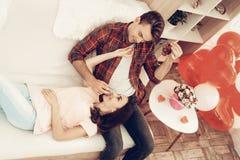Schöne Paare zusammen an Valentinsgruß ` s Tag stockbild