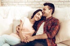 Schöne Paare zusammen an Valentinsgruß ` s Tag lizenzfreie stockbilder