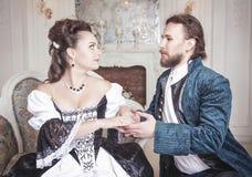 Schöne Paarfrau und -mann in der mittelalterlichen Kleidung Lizenzfreie Stockfotografie
