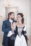 Schöne Paarfrau und -mann in der mittelalterlichen Kleidung Stockbild