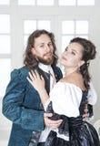Schöne Paarfrau und -mann in der mittelalterlichen Kleidung Stockfotografie