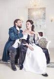Schöne Paarfrau und -mann in der mittelalterlichen Kleidung Lizenzfreies Stockbild