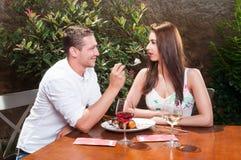 Schöne Paarprobierenwüste auf romantischem Datum Lizenzfreies Stockfoto