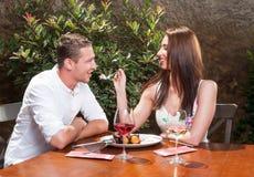 Schöne Paarprobierenwüste auf romantischem Datum Lizenzfreie Stockfotografie