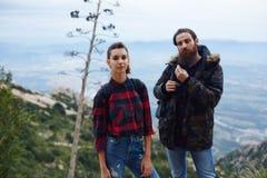 Schöne Paarreisende blieben auf den Berg, um die Ansicht zu bewundern Stockbild