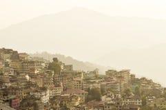 Schöne Panoramaansicht von Gangtok-Stadt, größte Stadt des indischen Staates von Sikkim, herein gelegen in der Osthimalajastrecke stockbild