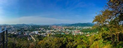 Schöne Panoramalandschaft in 180 Grad Ansicht von Phuket-Stadt Stockfotografie