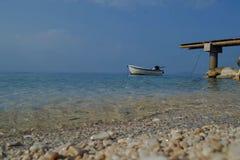 Schöne panoramische Seeansicht an der hölzernen Plattform im Meer Stockbilder