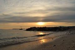 Schöne panoramische Seeansicht vom Strand an See- und Wellendem zusammenstoßen Stockbilder