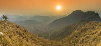 Schöne panoramische Sonnenuntergangansicht von Bandipur stockfotografie
