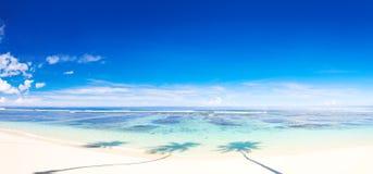 Schöne panoramische Szene des schönen Strandes stockfoto