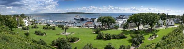 Schöne panoramische Szene von Mackinac-Insel Michigan und von Zustands-Hafen-Jachthafen stockbilder