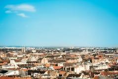 Schöne panoramische Vogelperspektive über den Dächern von Budapest, den alten orange Ziegeldächern von Gebäuden und von Kirchen a Lizenzfreie Stockfotos