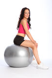 Schöne Pass-Sitzfrau, die auf Eignungkugel balanciert Stockfotos