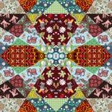 Schöne Patchworkdecke mit netten Affen, netten Karikaturelefanten, Kränen, Waschbären und hellen Blumen- und geometrischen Drucke Lizenzfreie Stockfotos