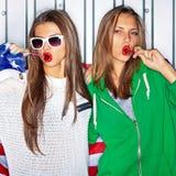 Schöne patriotische Mädchen mit Lutschern Stockbild