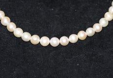 Schöne Perlenhalskette auf weißem Hintergrund stockbild