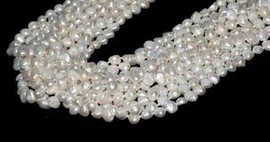 Schöne Perlenhalskette auf weißem Hintergrund stockfotografie