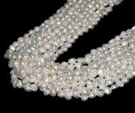 Schöne Perlenhalskette auf weißem Hintergrund lizenzfreies stockfoto