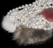 Schöne Perlenhalskette auf weißem Hintergrund lizenzfreies stockbild