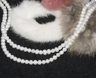 Schöne Perlenhalskette auf weißem Hintergrund stockbilder