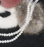 Schöne Perlenhalskette auf weißem Hintergrund stockfotos