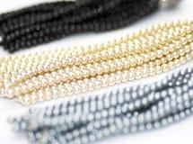Schöne Perlenhalskette lokalisiert auf weißem Hintergrund stockfoto