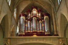 Schöne Pfeifenorgel der katholischen Kirche stockbild