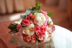 Schöne Pfingstrose und rosafarbener Hochzeitsblumenstrauß selektiver Fokus Lizenzfreie Stockfotografie