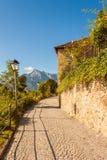 Schöne Pflastersteinstraße auf der Seite des Nonnberg-Hügels in Salzburg Stockfotos