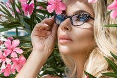 Schöne phänomenale erstaunliche elegante sexy blonde vorbildliche Frau des Porträts mit dem perfekten Gesicht, das Gläser trägt,  Lizenzfreie Stockbilder