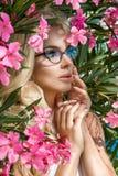 Schöne phänomenale erstaunliche elegante sexy blonde vorbildliche Frau des Porträts mit dem perfekten Gesicht, das Gläser trägt,  Lizenzfreie Stockfotos