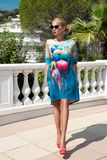 Schöne phänomenale erstaunliche elegante sexy blonde vorbildliche Luxusfrau, die ein Kleid und Stände der hohen Absätze und der S Stockfoto