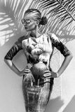 Schöne phänomenale erstaunliche elegante sexy blonde vorbildliche Luxusfrau, die ein Kleid und Stände der hohen Absätze und der S Lizenzfreie Stockfotografie