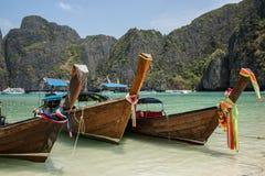 Schöne Phi Phi-Tropeninselbootsreise. Exotische Klippe. Krabi, Thailand. stockfoto