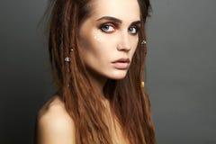 Schöne Piratenfrau mit Make-up und Dreadlocks Lizenzfreie Stockfotografie