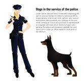 Schöne Polizeibeamtin in der Uniform mit Polizeihund Stockfotografie