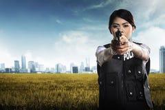 Schöne Polizistin, die Gewehr hält Stockbilder
