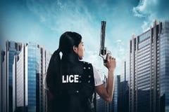 Schöne Polizistin, die Gewehr hält Lizenzfreie Stockfotografie